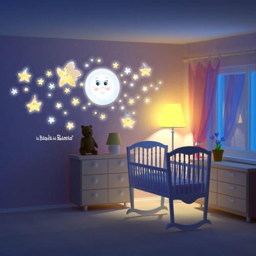 Immagini fluo in penombra, con gli adesivi murali dolce luna applicati.