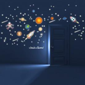 Tutti i pianeti, i razzi, le stelle e gli astronauti fluorescenti applicati alla parete.
