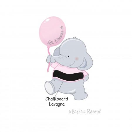 Un elefante tiene con la proboscide un palloncino rosa.