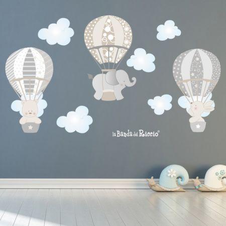 Tre mongolfiere volano tra le nuvole - foto ambientata