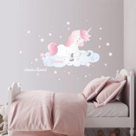 Adesivo murale unicorno. Un simpatico unicorno rosa su una nuvoletta