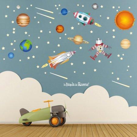 Adesivi murali fluorescenti di stelle, pianeti e razzi che si illuminano al buio.
