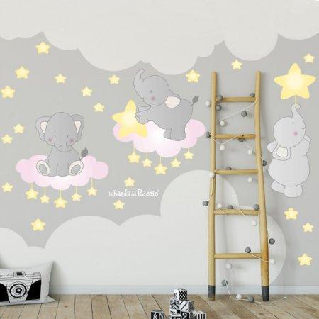 Adesivi murali di elefantini su nuvolette colorate circondati da stelline.
