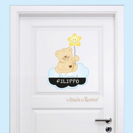"""Sticker per porte """"Orsetto sulle Nuvole"""" sulla porta di una cameretta"""